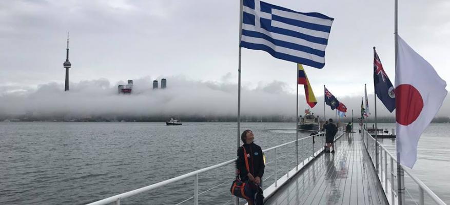 Ο Αναστάσης στο Τορόντο με την ελληνική σημαία